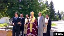 Під час церемонії закладення символічної капсули у фундамент майбутньої наукової бібліотеки. Ужгород, 9 липня 2008 р.