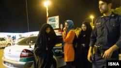 Иран полицейлері ұстаған жастар. (Көрнекі сурет)