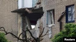 Дом в Славянске, поврежденный артобстрелом. 25 июня 2014 года