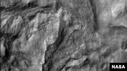 Mars Reconnaissance Orbiter выполнил первый снимок поверхности Марса с высоким разрешением 29,7 сантиметра на один пиксел с высоты 280 километров.