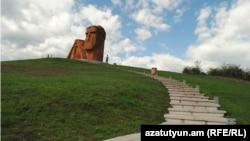 Считающийся неофициальным символом Карабаха монумент «Мы - наши горы»