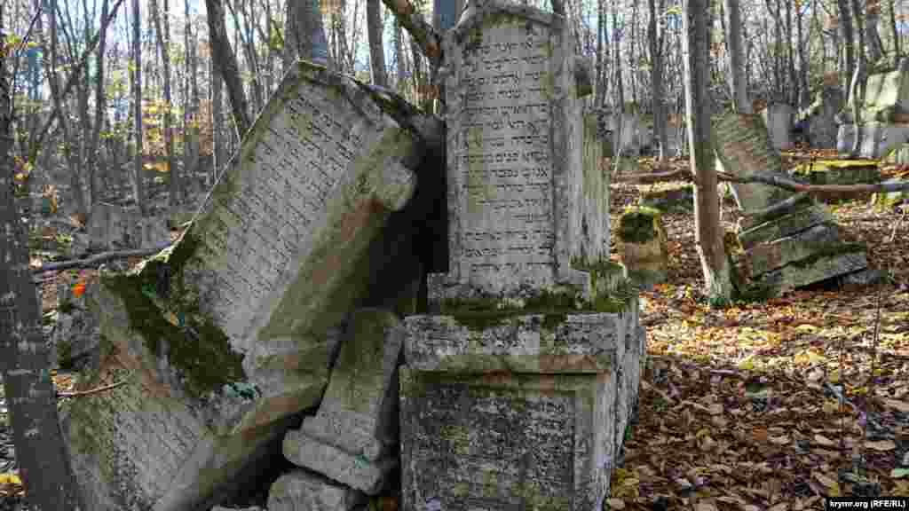 Інша святиня караїмів – родове кладовище Балта Тиймез, що розташоване в дубовому гаю. Назва кладовища перекладається з тюркської як «сокира не торкнеться». Це пов'язано з особливим ставленням караїмів до дуба – це дерево для них є священним, і рубати його заборонено. Тут зберігся з десяток старезних дубів
