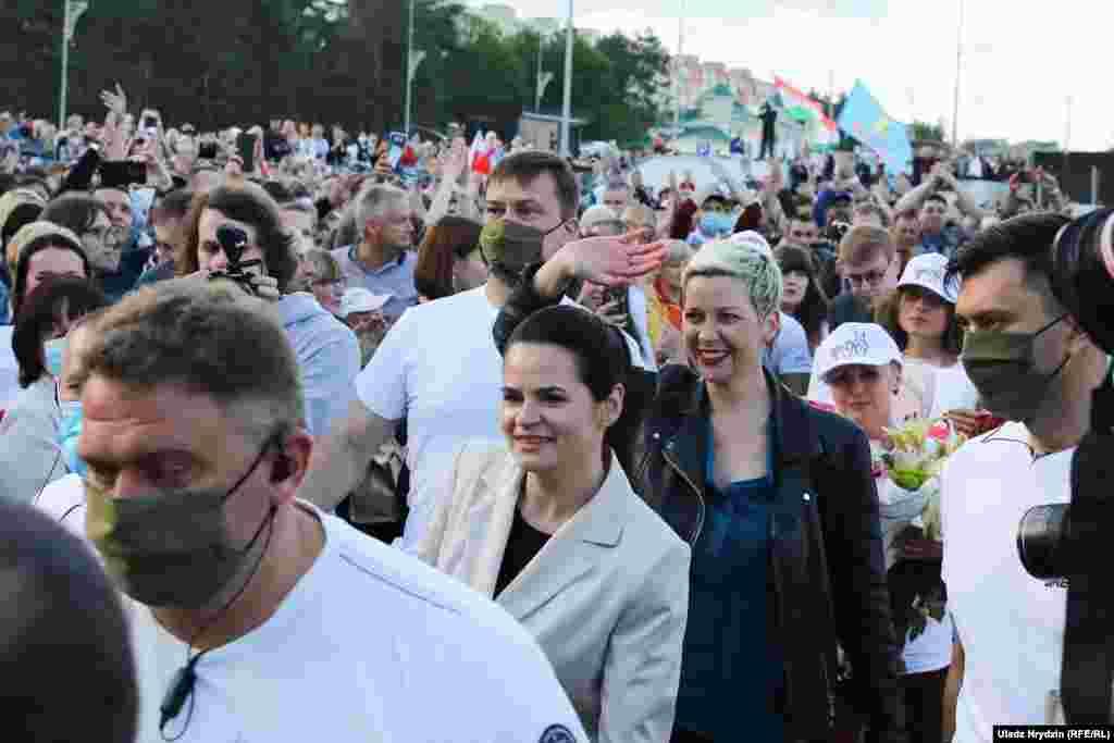 Tsikhanouskaya (center) and Kalesnikava (left) leave the rally.Veranika Tsapkala did not attend.