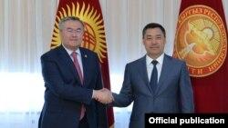 Казакстандын премьер-министринин орун басары Мухтар Тлеуберди жана Кыргызстандын президенти Садыр Жапаров.