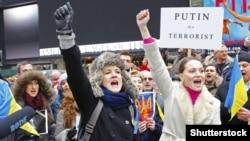 Протест проти агресії Росії щодо України. Учасники походу до російського консульства в Нью-Йорку співають гімн України (архівне фото)