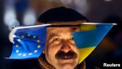 Участник акции сторонников евроинтеграции Украины в Киеве