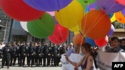 Украиналық гейлер құқықтарын қорғаушылар гомофобияға қарсы акция өткізіп тұр. Киев, 18 мамыр 2013 жыл.