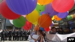 Украинские защитники прав геев во время демонстрации против гомофобии. Киев, 18 мая 2013 года.
