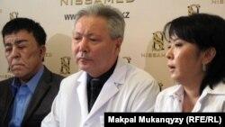 Нұржан Өркешбаев (сол жақта) пластикалық хирургтер Болат Баиров (ортада) және Айгүл Баировамен (оң жақта) бірге сұхбат беріп отыр. Алматы, 27 желтоқсан 2011 жыл.