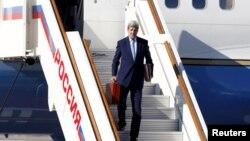 Джон Керри с красным чемоданом выходит из самолета во Внуково