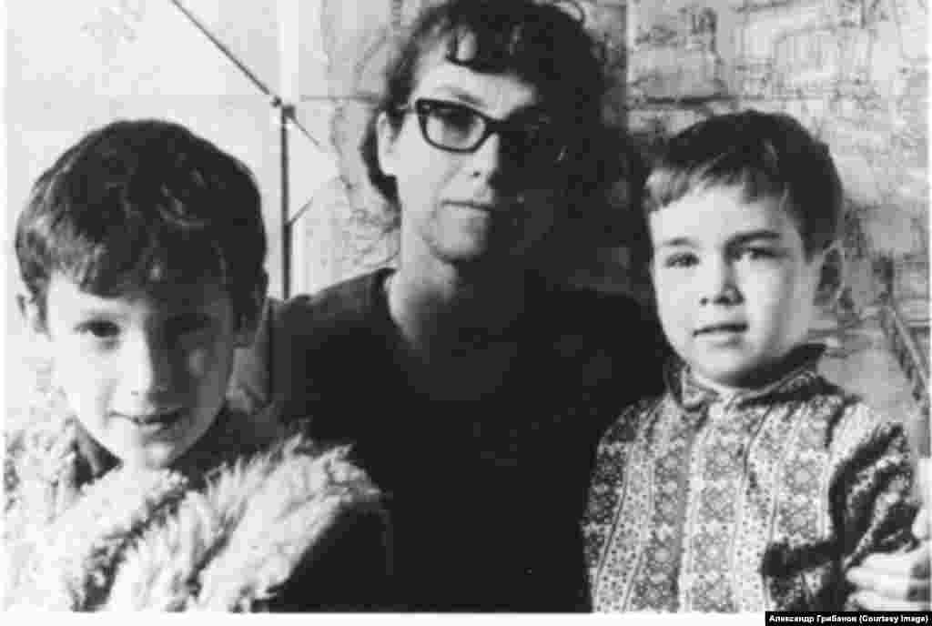 Наталья Горбаневская с сыновьями Ясиком и Осей. Март, 1973.