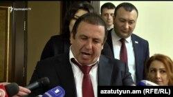 Лидер ППА Гагик Царукян беседует с журналистами, Ереван, 16 апреля 2019 г․