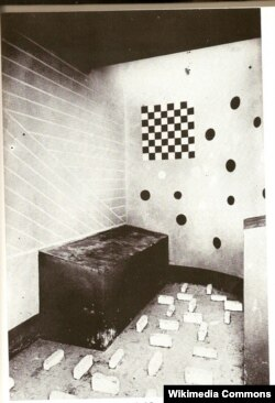Barselonadakı sərgidə sürrealist kameranın tam ölçüdə maketi hazırlanıb.