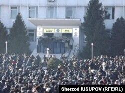 Сайлаудан жеңілген Мелис Мырзакматовтың қолдаушылары Ош әкімдігінің алдына жиналды. 15 қаңтар 2014 жыл.