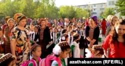 Учащиеся и их родители в ашхабадской школе