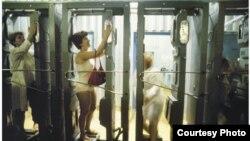 Радиоактивті улы аймақтан шыққан әйелдер денедегі зиянды заттар мөлшерін өлшеп жатыр. Виктория Ивлеваның фотосы. 1991 жыл.