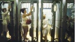 Женщины проверяют уровень радиации после нахождения в зоне, загрязненной радионуклидами - фотография Виктории Ивлевой, 1991