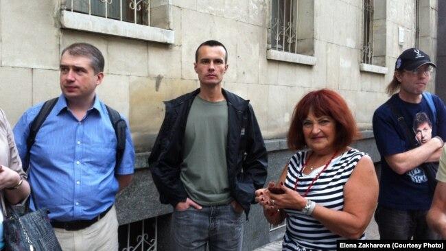 Денис Бахолдин (в центре) на одной из оппозиционных акций