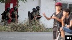 """Кыргызские спецслужбы в районе проведения """"антитеррористической операции"""" в Бишкеке, 16 июля 2015 года."""