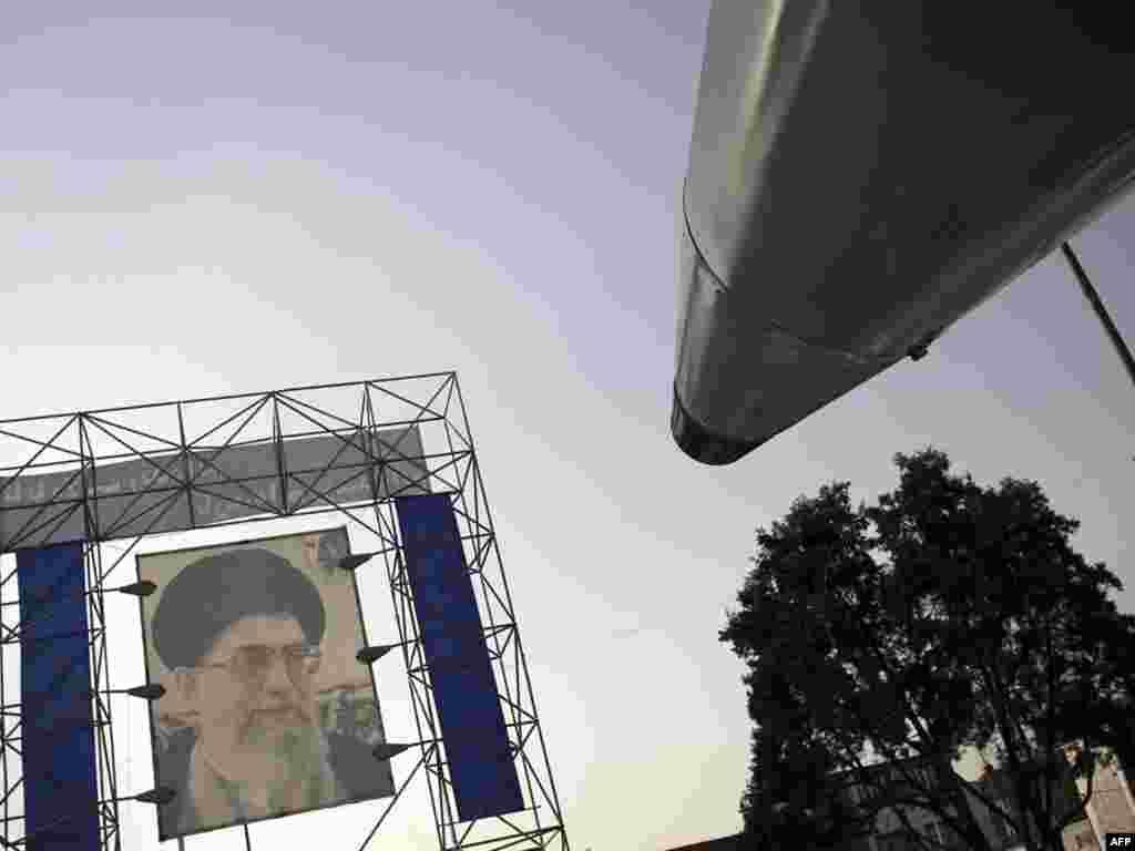 Портрет верховного керівника Ірану аятоли Алі Хаменеї на площі перед іранським парламентом, Тегеран, 23 вересня. В Ірані закінчилось святкування «Священного тижня оборони» у пам'ять про криваву війну між Іраном та Іраком 1980-88 років.Photo by Behrouz Mehri for AFP