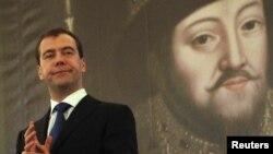 Эксперты отмечают, что число реальных союзников президента России Дмитрия Медведева продолжает снижаться.