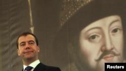 Чехия. Прага. Президент России Дмитрий Медведев у портрета царя Михаила Романова. 08.12.2011.