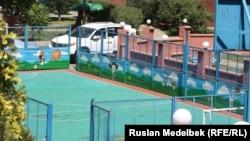 Алматыдағы аула клубтарының біріндегі спорт алаңы. 21 тамыз 2013 жыл.