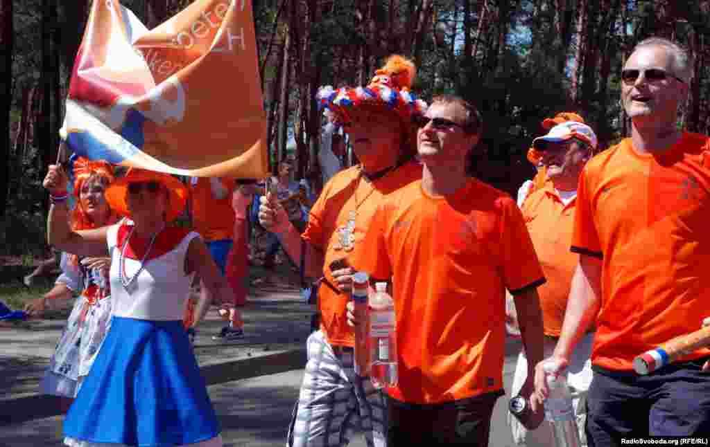 Оранжевого кольору у вболівальників майже весь одяг