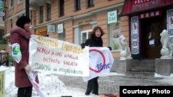 """Активисты молодежного """"Яблока"""" провели в Петербурге акцию, чтобы привлечь внимание горожан к премии «Золотой ёршик"""""""