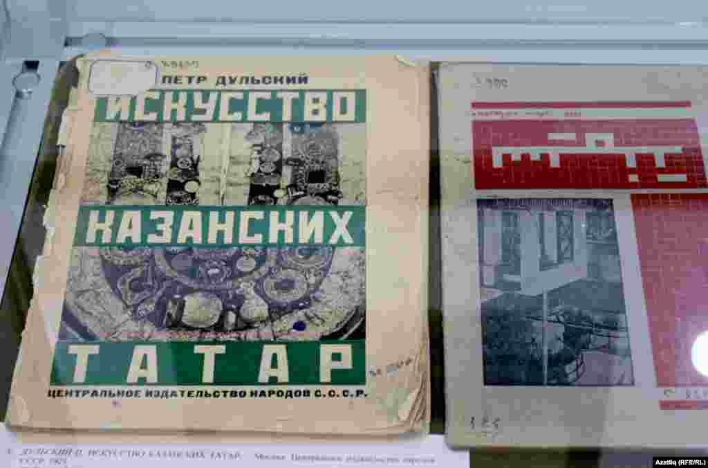 """""""Октябрь һәм яшь буын"""". Мәскәү нәшрияты, 1927 ел."""