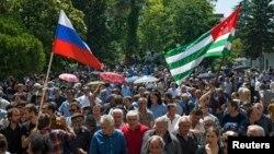 Бурное обсуждение договора о сотрудничестве и стратегическом партнерстве между Абхазией и Россией уже стало перевернутой страницей истории. Но вернуться к нему в контексте тематики круглого стола было естественным и необходимым