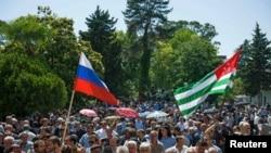 Хотя численность русского населения в Абхазии по сравнению с довоенным временем уменьшилась примерно втрое, количество организаций, представляющих его, постоянно росло, многие из них находятся в состоянии перманентной конфронтации друг с другом