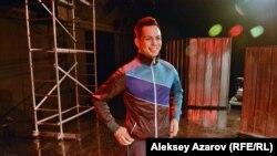 Актер АРТиШОКа Чингиз Капин в образе героя спектакля «#Прямопотолеби» в новом помещении театра. Алматы, 18 октября 2017 года.
