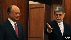سلسو آموریم (راست) در کنار یوکیا آمانو، مدیرکل آژانس بینالمللی انرژی اتمی