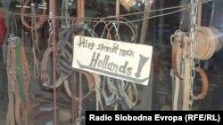 Опинчарска работилница во старата турска чаршија во Охрид, на која стои натпис на кој пишува - зборуваме холандски јазик.