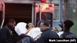 Спасатели оказывают помощь пострадавшему в результате теракта в Нью-Йорке, 31 октября 2017 года.