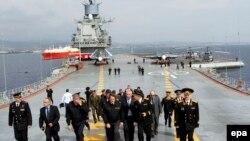 Кипар - Претседателот Никос Анастасиадес со персоналот на рускиот носач Генерал Кузњецов во Лимасол на 28 февруари