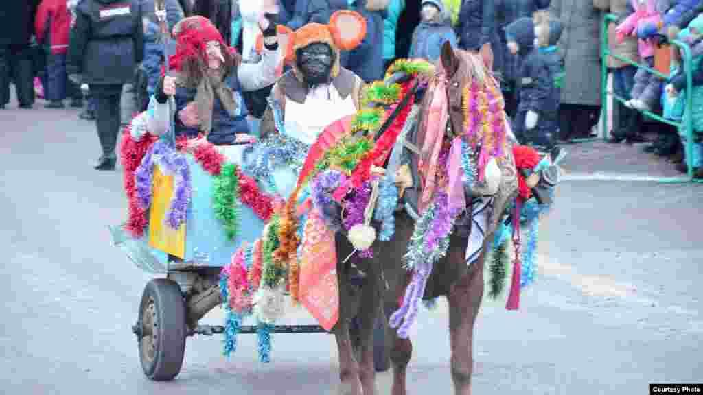 Саба районының һәрбер авыл җирлеге әлеге парадка төрле әкияти образда киенеп, атларын бизәп килгән