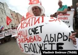 """По данным """"Левада-центра"""", 89% россиян негативно относятся к повышению пенсионного возраста для мужчин, 90% – для женщин"""