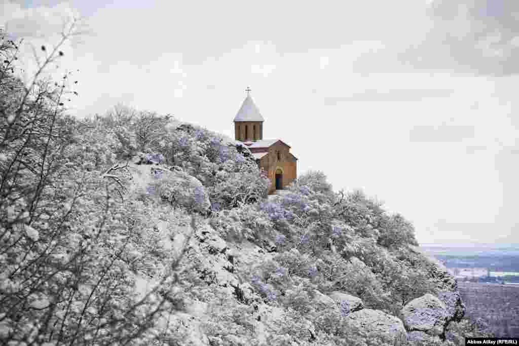 I-III əsrə aid Alban kilsəsinin qalıqları üzərində XIX əsrdə inşa edilmiş Qax şəhərinə yaxın Kürmük kəndi ərazisində yerləşən Kürmük məbədi.