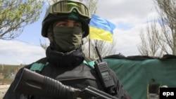 Ілюстраційне фото. Український військовослужбовець недалеко від Маріуполя. Травень 2015 року