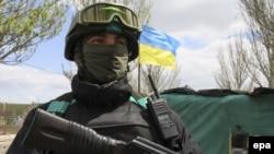 Украинский военнослужащий на блокпосту на востоке страны.