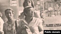 Lüdmila Alekseyeva (ortada) qırımtatar milliy areketiniñ faali Ayşe Seitmuratova (soldan) ile. Arhiv fotoresimi