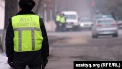 Қал көшесінде тұрған жол полициясы қызметкері. Алматы, 12 қаңтар 2012 жыл.