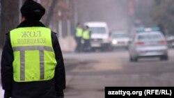Дорожный полицейский на улице. Алматы, 12 января 2012 года.