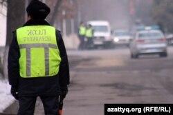 Жол полициясы инспекторы. Алматы, 12 қаңтар 2012 жыл. (Көрнекі сурет)
