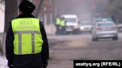 Жол полициясы инспекторы. Көрнекті сурет. Алматы, 12 қаңтар 2012 жыл.