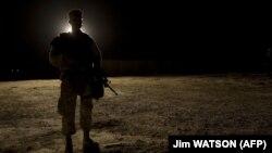 Un soldat american la baza aeriană Al-Asad, din provincia Anbar, Irak