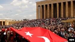 در حالی که ساعت آغاز راهپيمايی ۱۱ صبح اعلام شده بود، از ساعت ۷ صبح خيابان های منتهی به آنت کابير آرامگاه آتاترک مملو از جمعيت ده ها هزار نفری مردم بود.
