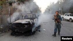 Афганский военнослужащий на улице в Кундузе, 1 октября 2015 года.